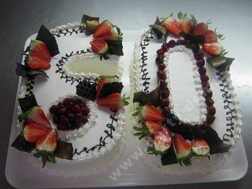 dort-cislice-s-jahodami-a-cokoladovym-zdobenim.jpg