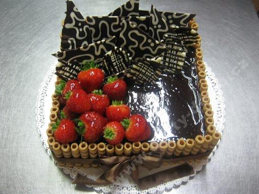 dort-ctverec-trubicky-jahody-cokolada.jpg