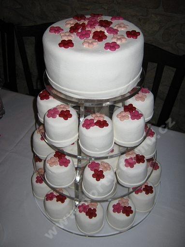 dort-cupcake-v-marcipanu-s-kvitky.jpg