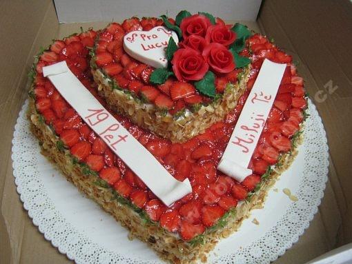 dort-dvoupatrove-srdce-plne-jahod-ruze.jpg