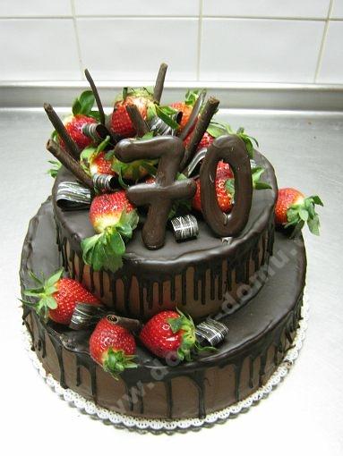 dort-slavnostni-patrovy-cokoladovy-s-jahodami.jpg