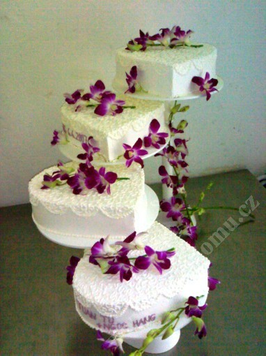 sva01-svatebni-dort-4-patra-srdce-s-filigranem-a-kvety.jpg