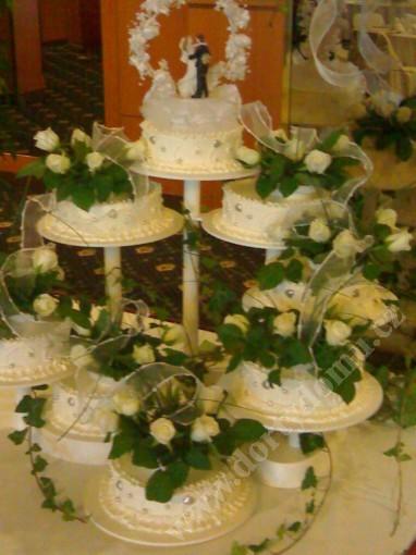 sva07-svatebni-dort-8-pater-s-zivymi-kvety-a-dekorem.jpg