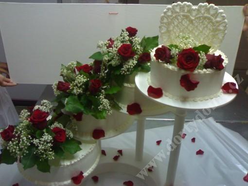 sva09-svatebni-dort-4-patra-s-zivymi-kvety.jpg