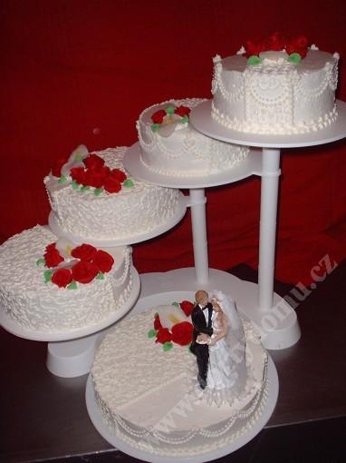 sva10-svatebni-dort-s-filigranem-a-rudymi-kvety.jpg