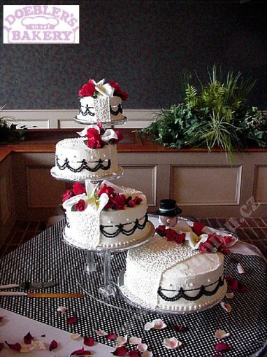 sva16-svatebni-dort-asymetricky-s-ruzemi.jpg