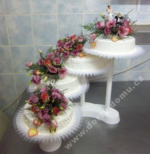 sva18-svatebni-dort-s-kvitky-a-tylem.jpg