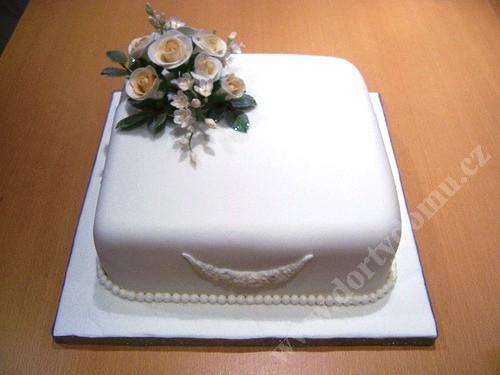 svj03-svatebni-dort-truhla.jpg