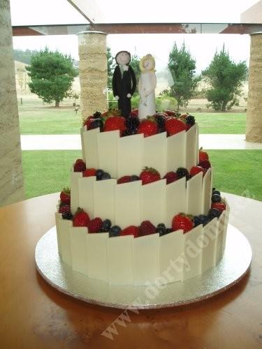 svo12-svatebni-dort-s-lesnim-ovocem-a-belgickou-cokoladou.jpg