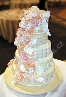svp107-svatebni-dort-zdobeny-marcipanem-a-perlami.jpg