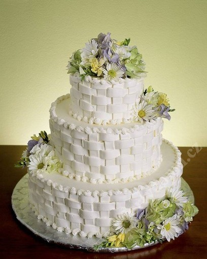 svp55-svatebni-dort-propletany-s-lucnimi-kvety.jpg