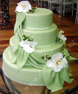 svp61-svatebni-dort-s-kvety-a-draperii.jpg