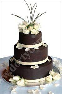 svp81-svatebni-dort-cokoladovy-s-bilymi-ruzemi.jpg