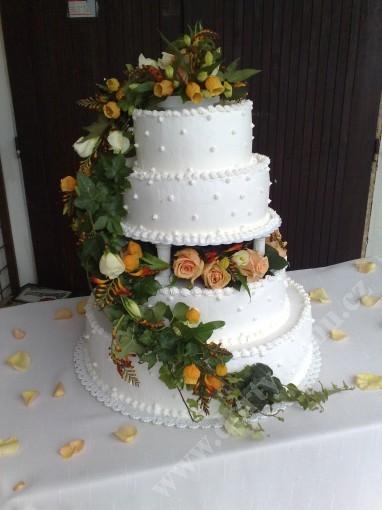 svr02-svatebni-dort-s-kvetinovym-aranzma.jpg