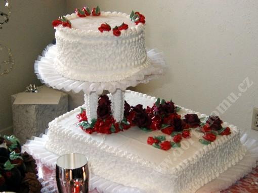 svr10-svatebni-dort-s-filigranem-a-tylovou-dekoraci.jpg