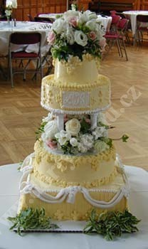 svr19-svatebni-dort-bezovy-s-monogramem.jpg