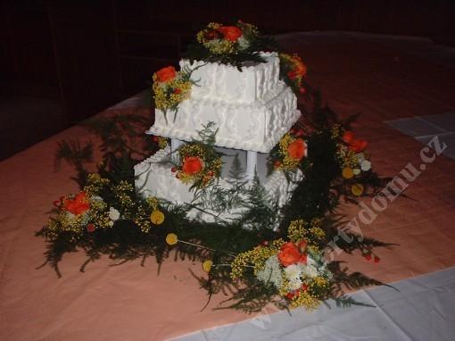 svr23-svatebni-dort-ctverec-s-zivymi-kvety.jpg