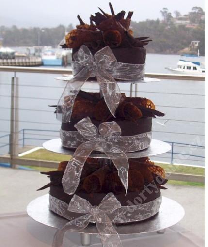 svs10-svatebni-dort-cokoladovy-s-bilymi-maslemi.jpg