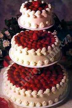 svs16-svatebni-dort-plny-jahod.jpg