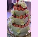 svo02-svatebni-dort-marcipanovy-s-ruzemi-a-jahodami.jpg