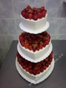 svo23-svatebni-dort-tripatrovy-s-lesnim-ovocem.jpg